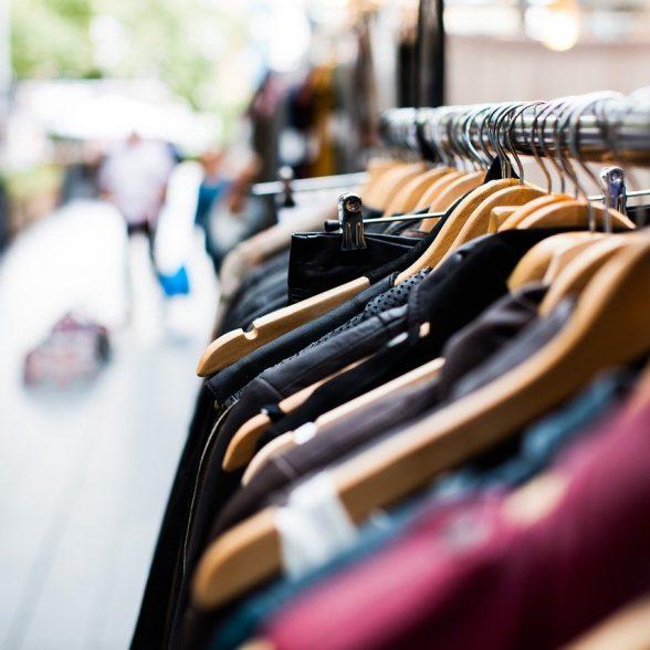Nadwyżki magazynowe odzieży – co z nimi zrobić?