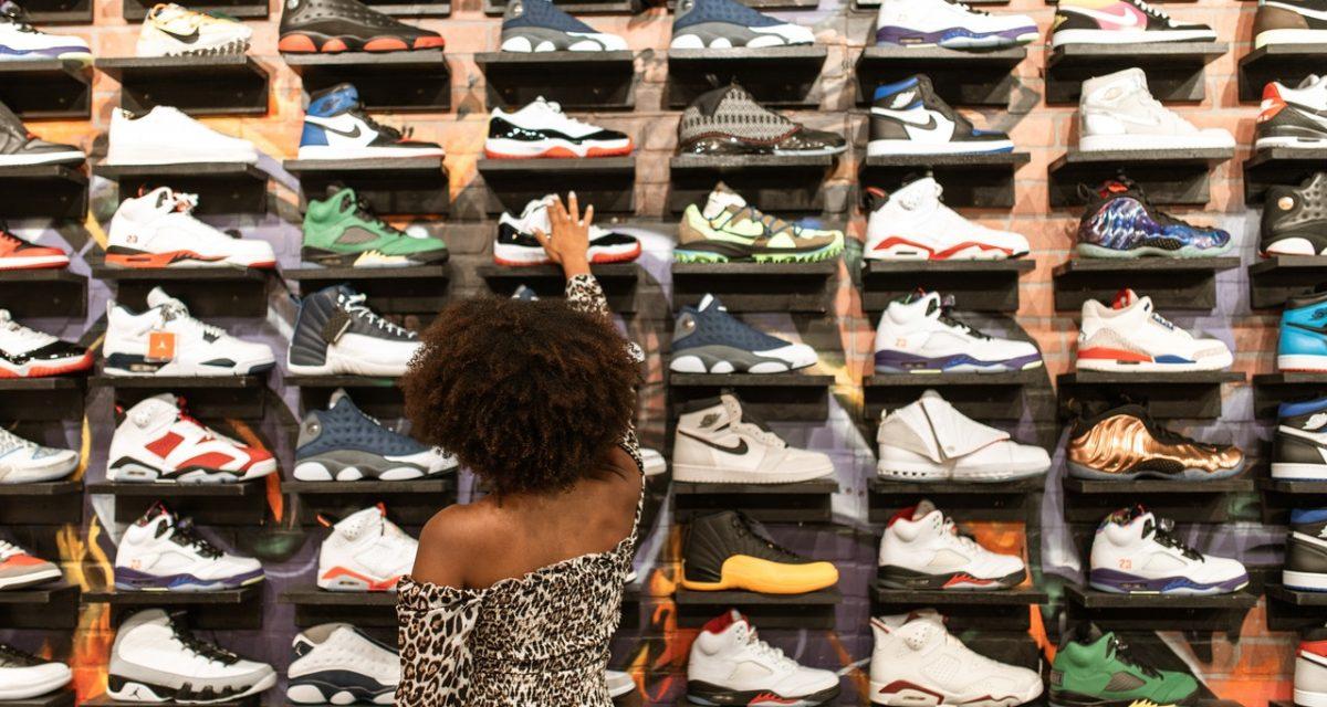 Handel stockami magazynowymi z obuwiem – czy to się opłaca?